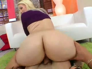 sexy blonde shows off her pretty ass and gets fucked