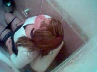 Cıtır Sarısın liseli tuvalette masturbasyon yapıyor