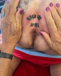 Ses fesses et son anus tatoués