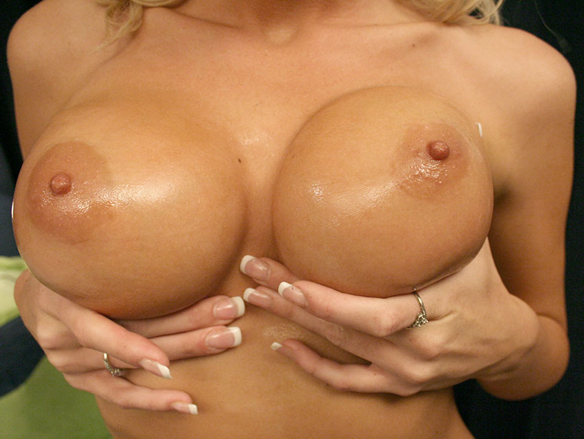 Jessie loves squeezing her tits