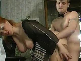 Redhead Mature Babe Fondant Dans La Chaleur De La Poussée De Coq Dans Son Bras De Feu