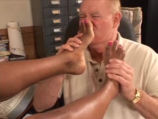 Старый Чувак Хочет Почувствовать Запах Ее Сексуальных Черных Ног