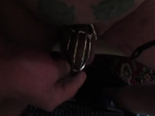 Die Fette Sau Im Peniskäfig Verschlossen, Sekundenkleber