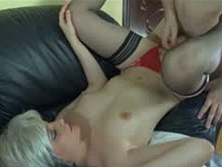 Секс-Сумасшедшая Мама Приветствует Парня С Открытым Ртом И Готова К Ебать Муфту