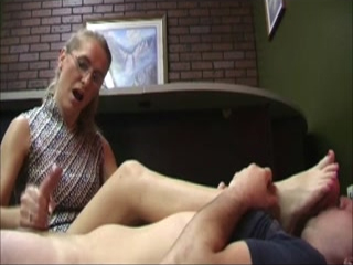 Sexy Cougar Gives A Perfect Handjob As She Getting Her Hot Mature Feet Licked Out