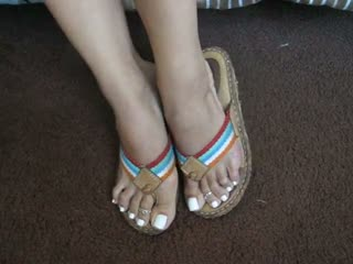 Amateur Takes Her Sexy Flip Flops Off And Exposes Hot Feet