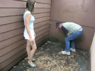 Sexy Meisje In Kousen Vernietigt De Ballen Van De Man