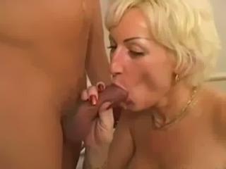 Blonde MILF Jizzed Dans Sa Bouche Slutty