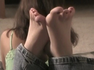 Watch Summer Playing With Her Feet & Toes