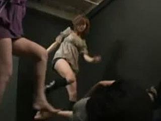 2 Girls Kickin 'Balls