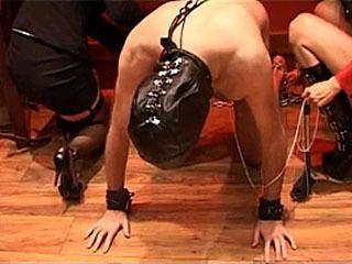 Desfrute De Assistir O Escravo Mal-Intencionado Obter Uso Erótico