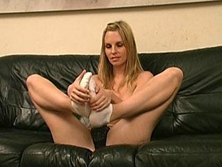 Precioso Aimee Se Burla De Nosotros Con Sus Pies Descalzos